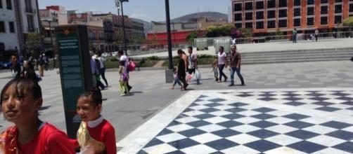 La plaza está bordeada por edificios históricos que ahora fungen de hoteles, bancos y restaurantes.