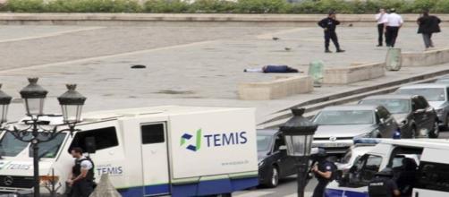 Parigi: terrore davanti Notre-Dame. Si nota l'uomo a terra.
