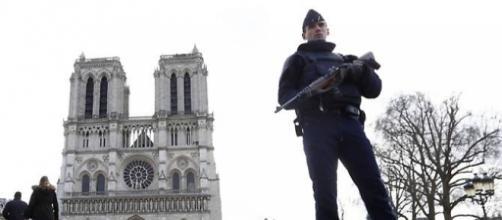 Parigi: uomo aggredisce con martello un poliziotto in fronte a Notre-Dame.
