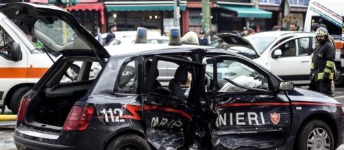 Prende a bastonate l'auto dei Carabinieri. Immagine di repertorio.