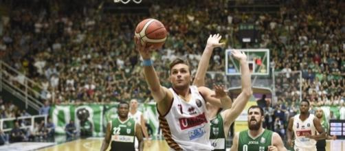 Stefano Tonut realizza in sottomano (credit www.legabasket.it)