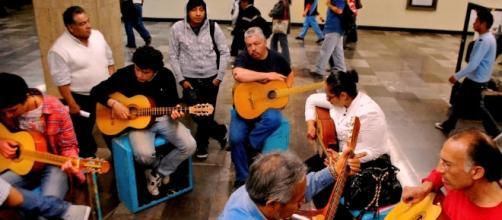 Taller de Guitarra en el metro impartido por el maestro Juan C. Calzada Foto Nikteha Cabrera