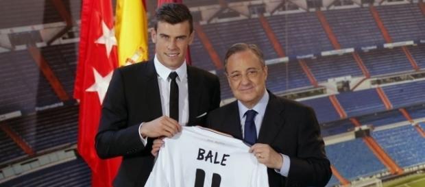 Bale y Florentino Pérez durante su presentación con el Real Madrid. - aldia.cr