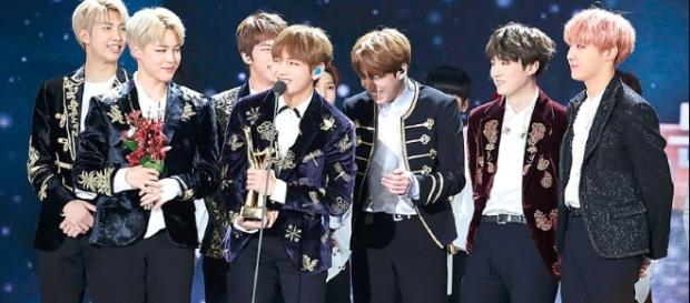 BTS receiving a bonsang award at the 31st Golden Disk Awards / Photo CC By 4.0 via AJEONG_JM - http://ajeongjm951013.tistory.com/