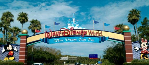 https://commons.wikimedia.org/wiki/File:Walt_Disney_World_Resort_entrance.jpg