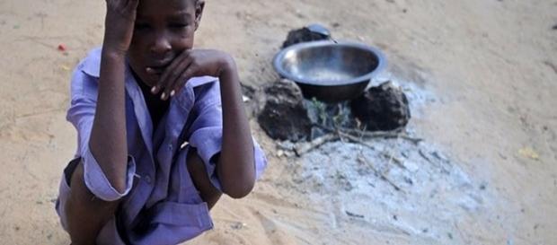 Uma criança fica em um campo improvisado nos arredores de Mogadíscio. A seca tem alimentado um surto de cólera e diarreia aguda na Somália