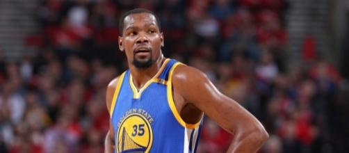 Kevin Durant helped the Warriors grab their 15th straight playoff win on Wednesday. [Image via Blasting News image library/usatoday.com
