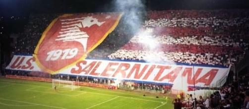 La curva della Salernitana, squadra di Serie B.