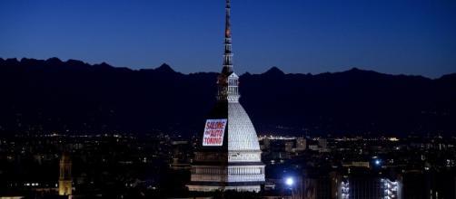 La Mole Antonelliana con la proiezione del logo del Salone dell'Auto.