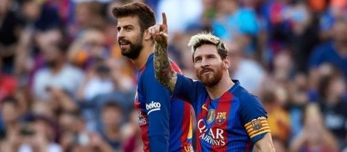 Leo Messi señala tras marcar un gol