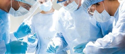 Un team medico in sede di intervento chirurgico.