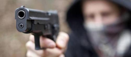 Rapinatori soccorrono giovane donna prima di portare a termine il colpo