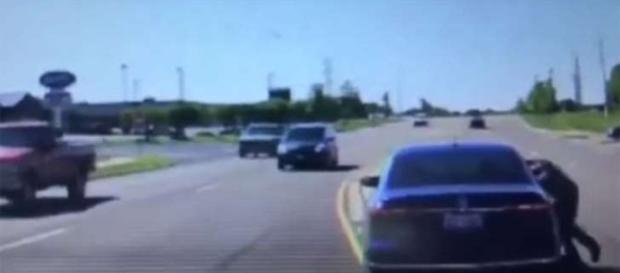 Homem pulou pela janela dentro de um veículo em movimento