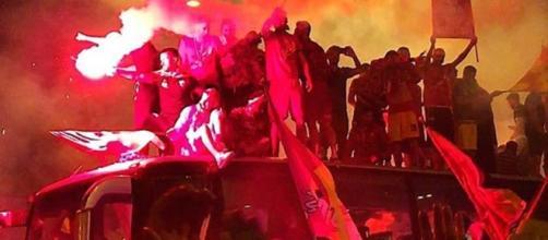 I calciatori sul pullman scoperto festeggiano la A in piazza Risorgimento