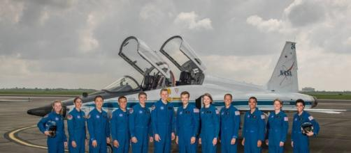 Los 12 candidatos, en la foto en el campo de Ellington de la NASA en Houston.
