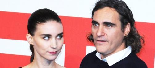 Rooney Mara e Joaquin Phoenix sono ufficialmente una coppia: ad annunciarlo è stato proprio l'attore