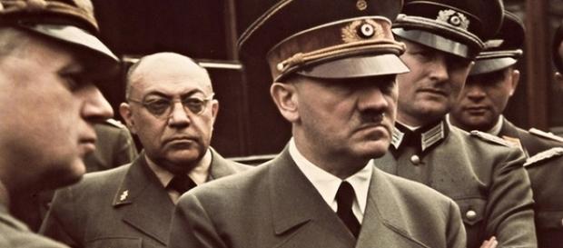 Hitler, en primer plano; a su derecha, el doctor Morell.