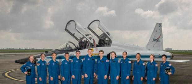 Los 12 candidatos, en la foto en el campo de Ellington de la NASA en Houston.