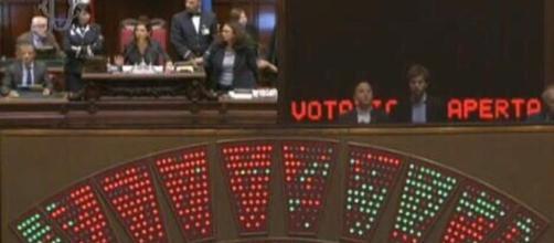 Bagarre in Aula a Montecitorio: affossata legge elettorale - lastampa.it