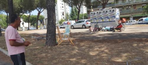 I rom sgomberati dal prato di via Amico Aspertini si sono posizionati nell'aiuola spartitraffico di fronte