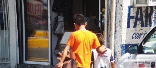 La mayoría de los niños trabajadores lo hacen para ayudar en el gasto familiar.
