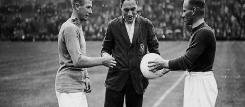 Os jogadores do Arsenal FC Kennedy e Blyth antes de uma partida de pré-temporada em 13 de agosto de 1927