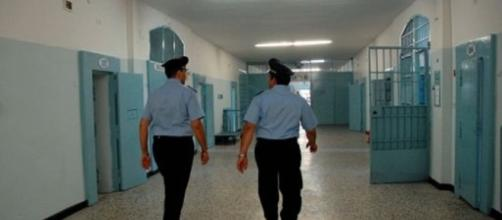 Detenuti costruiscono una carrucola artigianale per introdurre farmaci in carcere