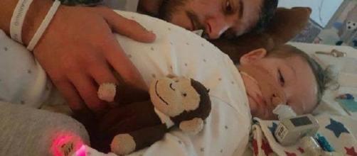 Il piccolo Charlie con suo padre