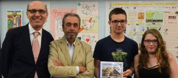 Da sinistra il prof. Maurizio Braggion, il dott.Mario Paternostro, gli alunni Alberto D'Erba e Camilla Morchio