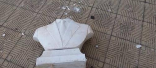 Come si presenta il busto distrutto di Falcone