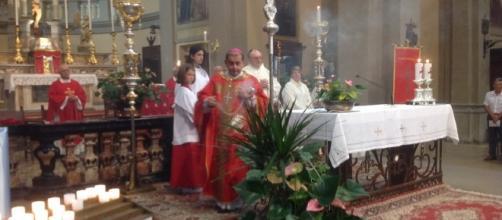 Monsignor Delpini durante la celebrazione della messa nella parrocchia di San Giorgio a Jerago (foto di ChiesadiMilano.it)