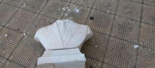 Monumento dedicato a Giovanni Falcone trovato distrutto nella scuola Falcone-Borsellino presso il quartiere Zen di Palermo