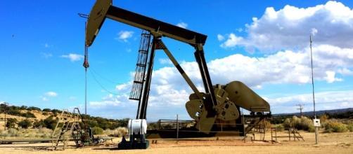 Pump used to retrieve oil | via Pixabay