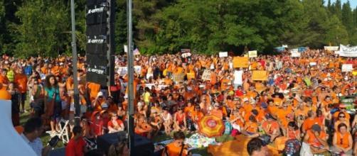 Vaccini obbligatori, la marea arancione dei 10mila a Pesaro contro ... - ilfattoquotidiano.it