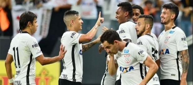 Guilherme Arana comemorando gol de Jô em Itaquera. (Foto: Marcos Ribolli/Globo Esporte)