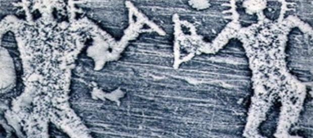 Immagine tratta dal The Express, petroglifi raffiguranti presunti alieni