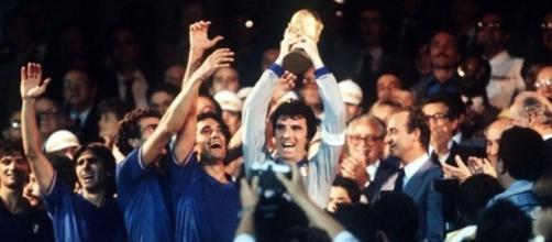 Madrid, 11 luglio 1982: Dino Zoff leva al cielo la Coppa del Mondo