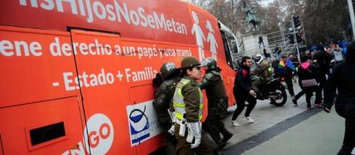 Una tensa jornada se vivió en la capital chilena por el bus de CitizenGo