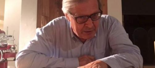 """Vittorio Sgarbi ha pubblicato su Facebook un video dove """"esulta"""" per la querela ricevuta dalla sindaca di Roma."""