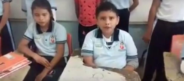 Alumnos de la Escuela Primaria Rosario Castellanos graban un mensaje para exigir sus derechos.