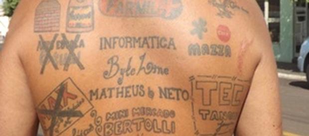 Desempregado tatua anúncios em seu próprio corpo para anunciar empresas. (Imagem: Google)