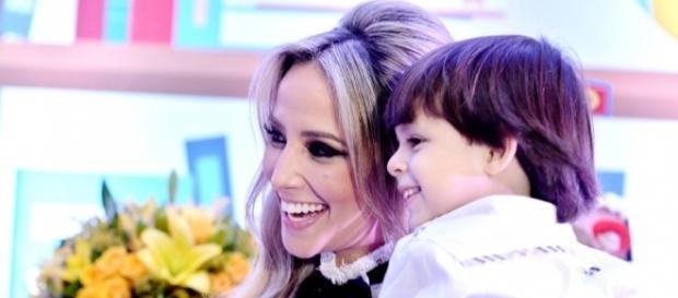 Ex-namorada de Cristiano Araújo fala sobre dificuldades em falar para o filho da morte do pai