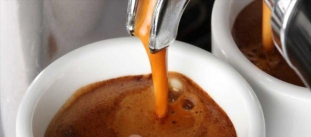 Lo studio condotto su un campione anche di italiani: il caffè allunga la vita.