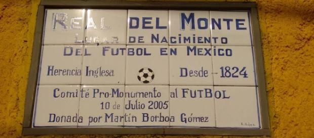 Placa conmemorativa de Declaración de Real del Monte como lugar de nacimiento del fútbol en México.