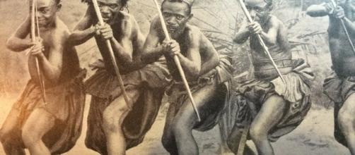 Guerreros Bantú posando con arcos