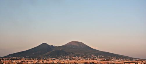 Il Vesuvio visto dal mare. Fonte pagina di Wikipedia.