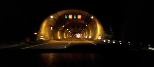 Túnel vehicular en carretera mexicana minutos antes de encontrar el accidente.