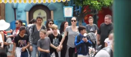 Angelina Jolie at Disneyland - Fãs de Angelina Jolie | YouTube