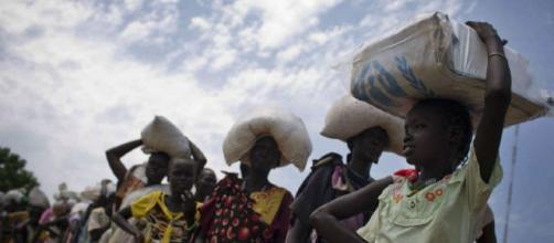 Donne in coda per ricevere aiuti alimentari del Programma alimentare mondiale a Bentiu nel 2016 in Sud Sudan (Fonte:Kate Holt/UNICEF via AP)