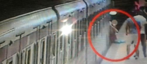 Roma: donna incastrata fra le porte e trascinata dalla metro